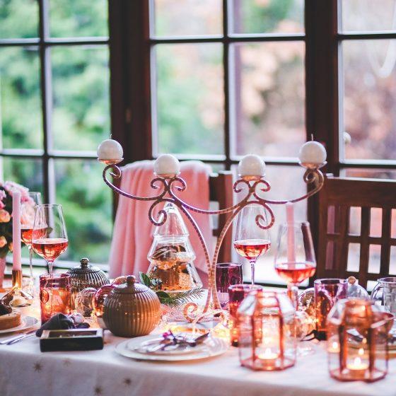 De tafel dekken met een leuk servies
